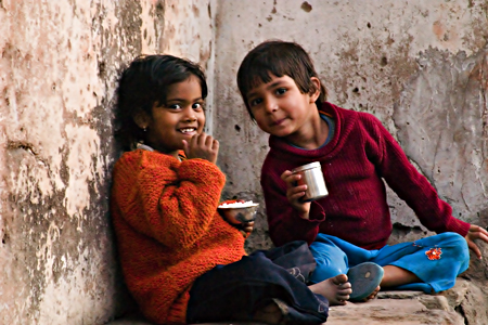 Children in an alley, Jaipur, Rajasthan, India. Seth Rosenblatt (c) 2006.