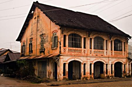Colonial building, Thanon Tha He, Savannakhet, Laos. Seth Rosenblatt (c) 2006.