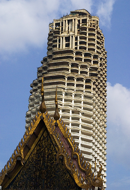 Wat Traimit and the unfinished sibling of the Royal Charoen Krung Twin Towers, Bangkok, Thailand. Seth Rosenblatt (c) 2005.